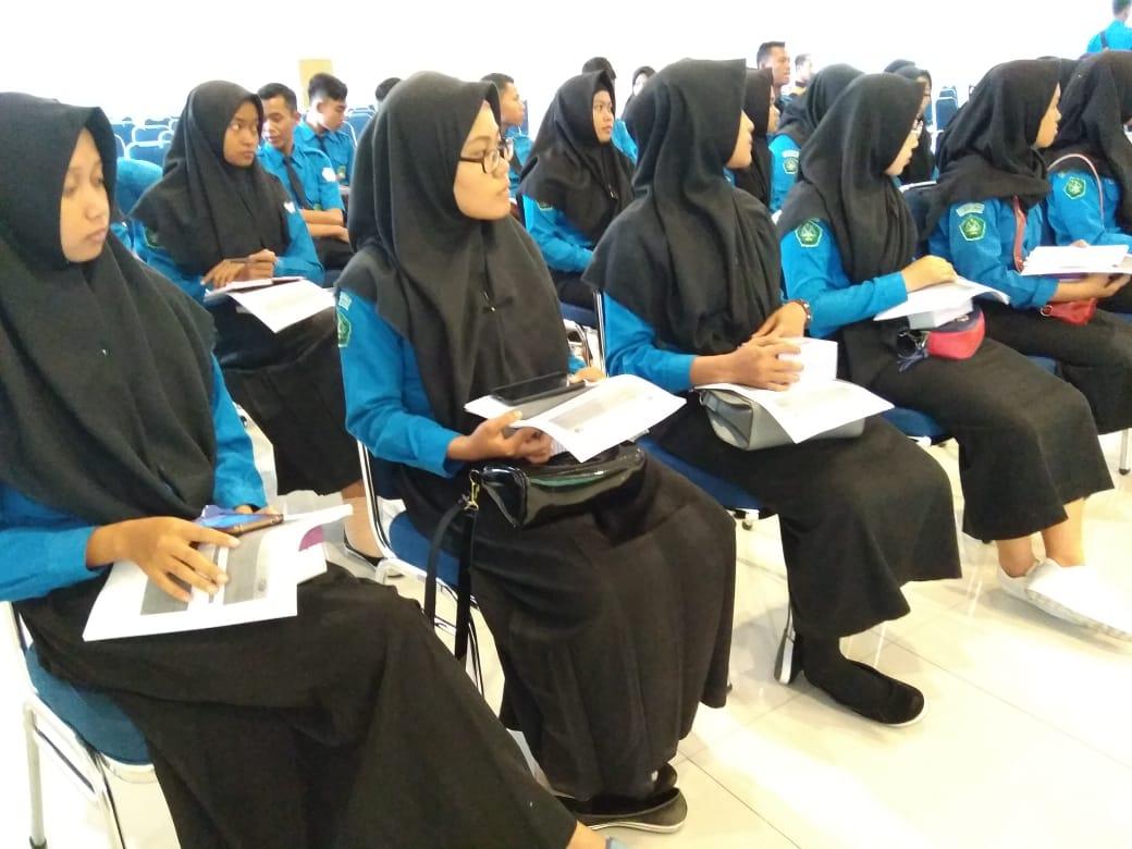 para siswa smk maarif NU 06 sekampung mendengarkan seminar oleh Arif Himawan