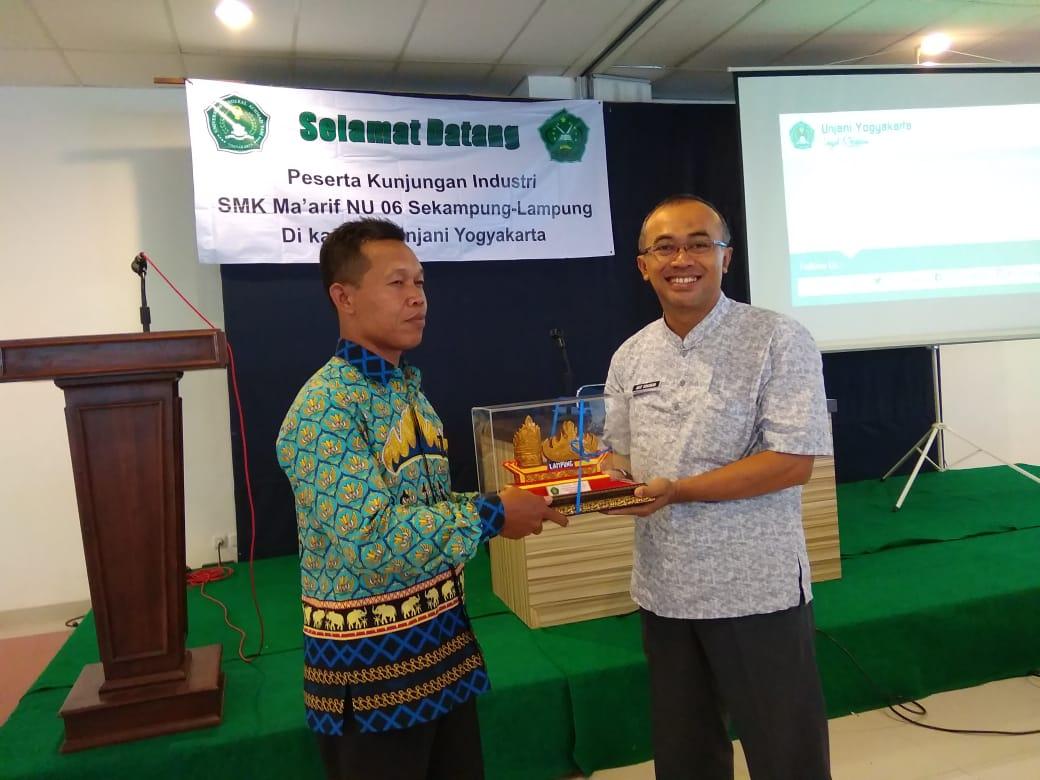 penyerahan kenang-kenangan dari SMK maarif NU 06 sekampung kepada dekan FTTI UNJANI Yogyakarta