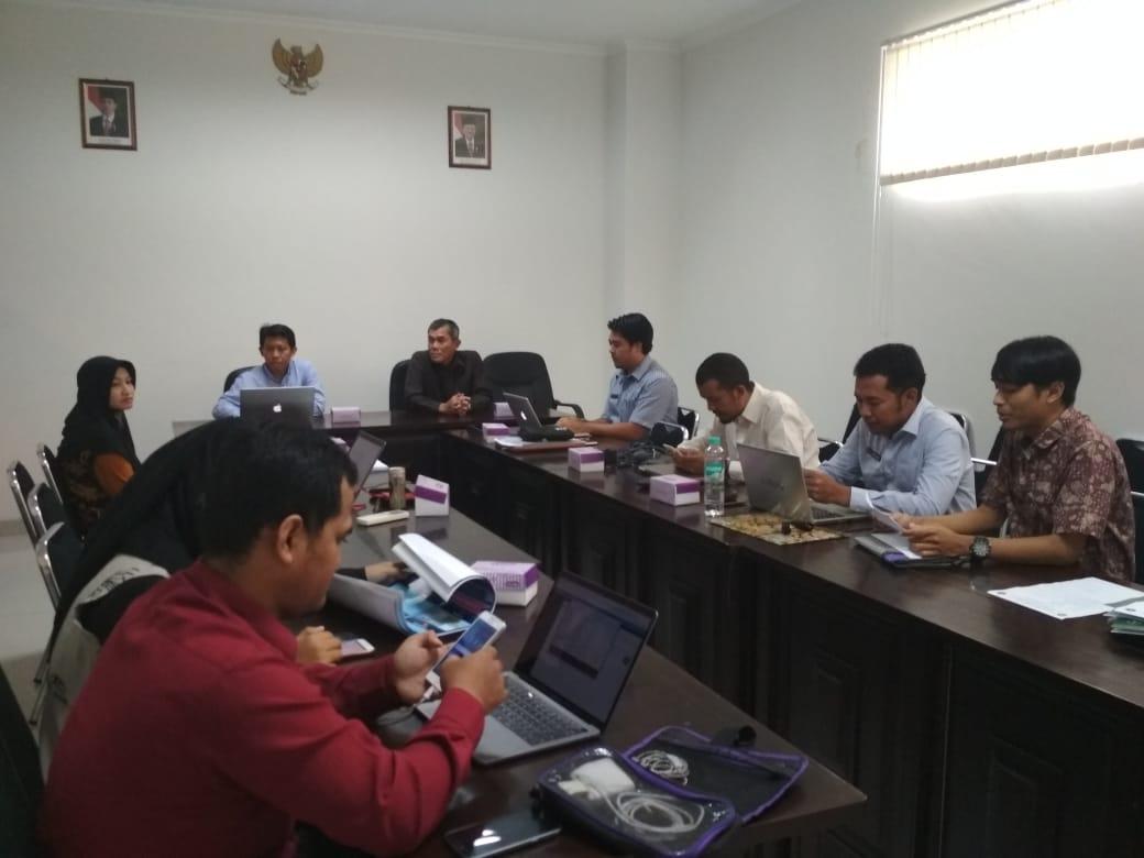 Para penerima hibah penelitian ristekdikti tahun 2018, reviewer (tengah) dan para pejabat LPPM